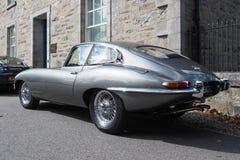 Jaguar E tipo, serie 1 coupé, in argento metallico di grey della perla immagini stock libere da diritti