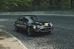 Jaguar E-typ på den retro granda prixen för springa för bil Leopolis Royaltyfri Foto