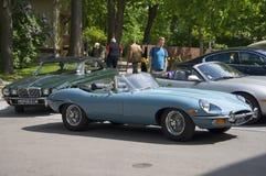 Jaguar-e-Type Open tweepersoonsauto (OTS) Reeksen 2 nemen aan een tentoonstelling-parade van sportwagens deel Stock Foto