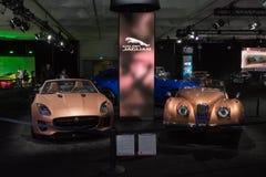 Jaguar F tipo e Jaguar XK120 su esposizione durante l'esposizione automatica della LA fotografia stock