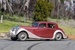 Jaguar MK dropp som 1948 kör på landsvägen Arkivbild