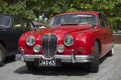 Jaguar rosso Mk-1 - il partecipante della parata delle automobili d'annata Turku, Finlandia Fotografie Stock