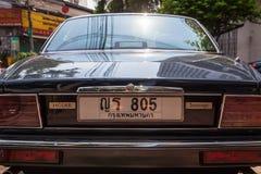 Jaguar suweren parkujący na ulicie Bangkok Zdjęcia Royalty Free