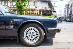 Jaguar suweren parkujący na ulicie Bangkok Zdjęcia Stock
