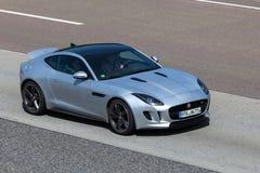 Jaguar typ Coupe na autostradzie Obrazy Royalty Free