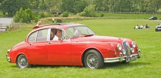 Jaguar vermelho que chega na reunião. Foto de Stock Royalty Free