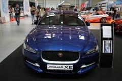 Jaguar XE angezeigt an der 3. Ausgabe von MOTO-ZEIGUNG in Krakau Polen lizenzfreie stockbilder