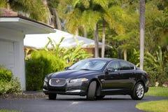 Jaguar XF som parkeras i körbanan Arkivbilder