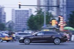 Jaguar XJ limousine i centrum på skymning, Peking, Kina Fotografering för Bildbyråer