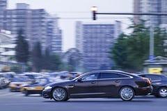 Jaguar XJ limousine i centrum på skymning, Peking, Kina Royaltyfria Foton
