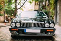 Jaguar Xj X308 Sedanbil som parkeras i gata Jaguar XJ X308 är Arkivbilder