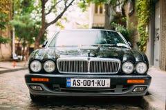 Jaguar Xj X308 Sedanbil som parkeras i gata Jaguar XJ X308 är Royaltyfria Bilder