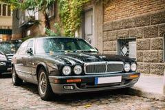 Jaguar Xj X308 Sedanbil som parkeras i gata Jaguar XJ X308 är Royaltyfria Foton