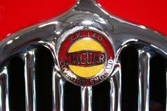 Jaguar XK140 klassiker Hood Badge royaltyfri foto