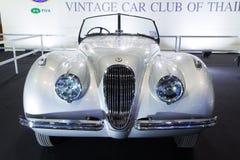 Jaguar XK120 roadster, bil för dörr för klassiker 2 konvertibel på expo för Thailand Internationalmotor Royaltyfria Bilder