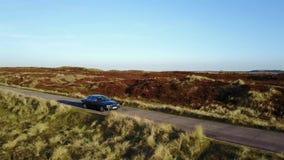 Jaguary XJ i dramatiskt landskap lager videofilmer