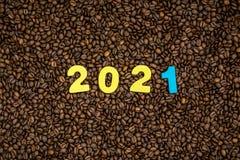 Jahr 2021 auf Kaffeebohnehintergrund Stockfotos