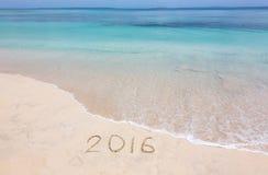 Jahr 2016 auf sandigem Strand Lizenzfreie Stockfotografie