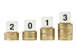 Jahr 2013 auf Stapeln Goldmünzen mit weißem Backg Stockbilder