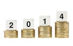Jahr 2014 auf Stapeln Goldmünzen mit weißem Hintergrund Stockfotos