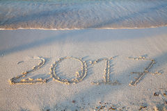 Jahr 2017 geschrieben auf den Sand Stockbilder