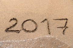 Jahr 2017 geschrieben auf Sand Lizenzfreie Stockfotos