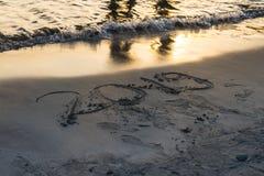 Jahr 2019 geschrieben auf Sand bei Sonnenuntergang lizenzfreies stockbild