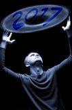 Jahr 2017 geschrieben in Blau auf abstrakten Hintergrund Mann, der in der Zukunft schaut Lizenzfreie Stockbilder