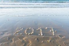 Jahr 2017 geschrieben mit Steinen in den Sand Stockbilder