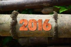 Jahr 2016 geschrieben mit Weinlesehochdruckblöcken auf rustikalen hölzernen Hintergrund Stockfotografie