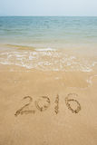 Jahr 2016 geschrieben in Sand auf Strand Stockbild