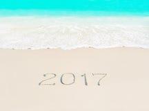 Jahr Konzept mit 2017 Jahreszeiten auf tropischem Strandsand des azurblauen Ozeans Lizenzfreie Stockbilder