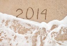 Jahr 2014 waschen sich weg - setzen Sie Konzept für guten Rutsch ins Neue Jahr 2014 auf den Strand Lizenzfreie Stockbilder