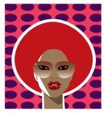 Jahrartfrau mit einer roten Afrofrisur Lizenzfreies Stockfoto