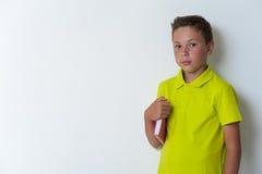 12 Jahre alte überzeugte Junge, welche die Kamera betrachten Stockfotografie