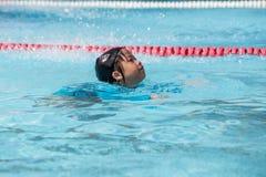 7 Jahre alte asiatische Mädchenschwimmen-Training im sauberen Swimmingpool Stockfotos