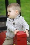 2 Jahre alte Baby auf Spielplatz Stockbild