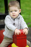 2 Jahre alte Baby auf Spielplatz Stockfotos