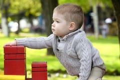 2 Jahre alte Baby auf Spielplatz Lizenzfreies Stockbild