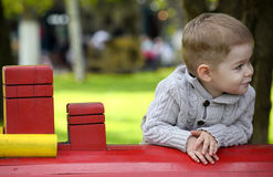 2 Jahre alte Baby auf Spielplatz Lizenzfreie Stockbilder