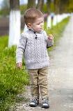 2 Jahre alte Baby mit Löwenzahn Stockfotografie