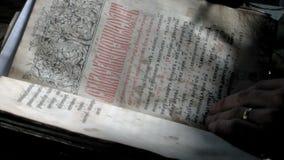 600 Jahre alte Bibel Slavic-Buchstaben stock video footage