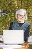 90 Jahre alte Frau, die einen Videoanruf haben Stockfoto