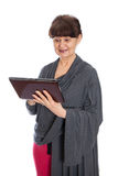 65 Jahre alte Frau, die im Internet, London suchen Stockfoto