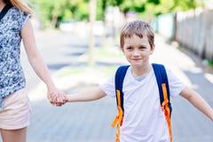 7 Jahre alte Junge, die zur Schule mit seiner Mutter gehen Stockfotografie