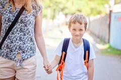 7 Jahre alte Junge, die zur Schule mit seiner Mutter gehen Lizenzfreies Stockfoto