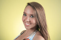 19 Jahre alte junge Frau mit einem Kleid vor Stockfotografie