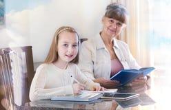 10 Jahre alte Mädchen und ihr Lehrer Studie des kleinen Mädchens während ihrer privaten Lektion Tutor- und pädagogisches Konzept Lizenzfreies Stockfoto