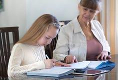 10 Jahre alte Mädchen und ihr Lehrer Studie des kleinen Mädchens während ihrer privaten Lektion Tutor- und pädagogisches Konzept Stockfotos