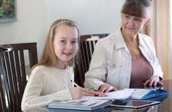 10 Jahre alte Mädchen und ihr Lehrer Studie des kleinen Mädchens während ihrer privaten Lektion Tutor- und pädagogisches Konzept Stockfoto